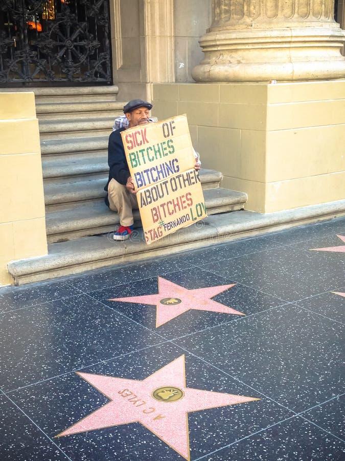 Hollywood en tiggare i gränden av stjärnor USA Vår 2015 royaltyfria bilder