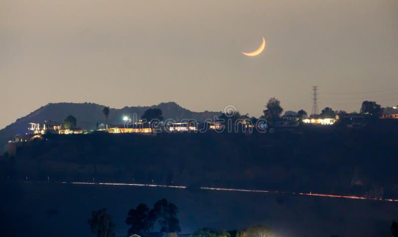 Hollywood Hills et vallée la nuit près de signe de hollywood photo stock