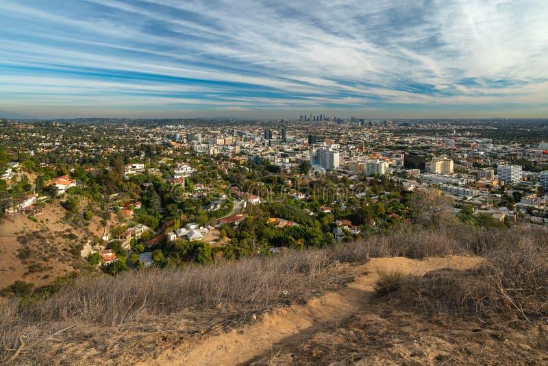 Hollywood Hills y Los Angeles céntrico, visión desde el parque del barranco de Runyon fotografía de archivo