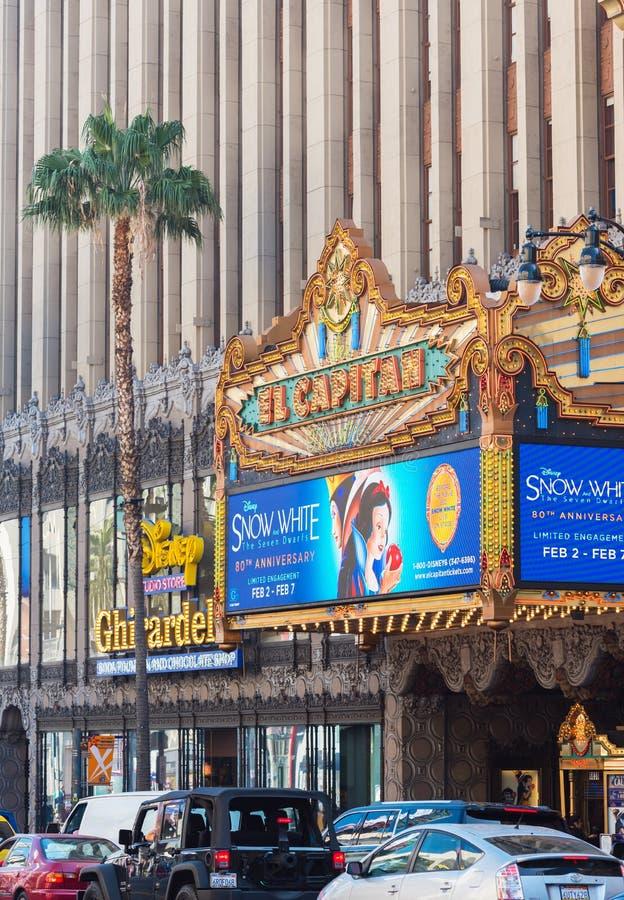 HOLLYWOOD, KALIFORNIA, usa - LUTY 6, 2018: Budynek ekranowy pałac El Capitan na miasto ulicie pionowo obraz royalty free
