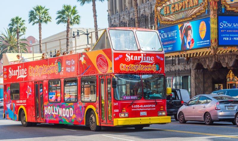 HOLLYWOOD, KALIFORNIA, usa - LUTY 6, 2018: Czerwony turystyczny autobus na miasto ulicie ostrości strzał selekcyjny strzał obrazy stock