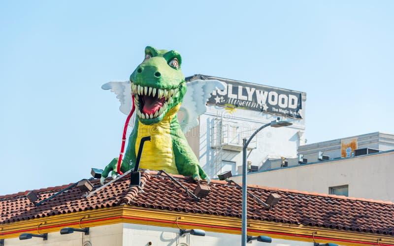 HOLLYWOOD, KALIFORNIA, usa - LUTY 6, 2018: Dinosaur rzeźba na dachu budynek na Hollywood bulwarze spacer zdjęcia stock