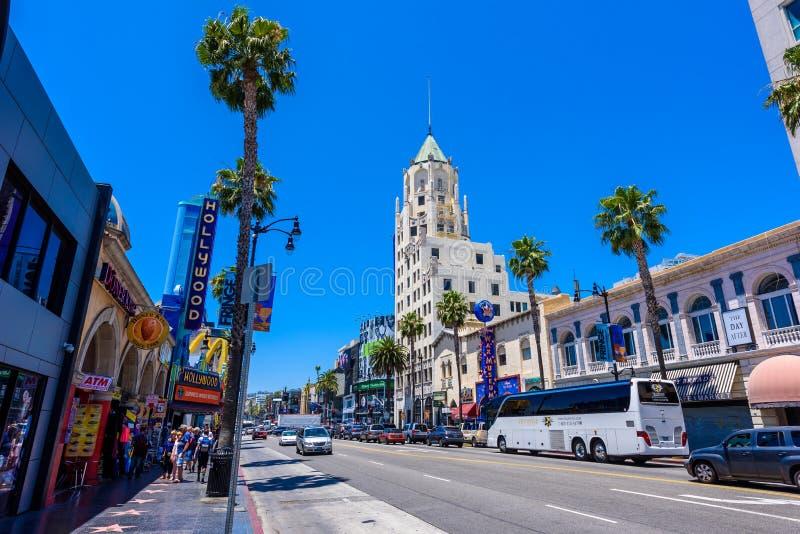 HOLLYWOOD, LOS ANGELES, Califórnia, EUA - 13 de junho de 2017: Vistas da caminhada da fama e das construções no bulevar de Hollyw fotos de stock royalty free
