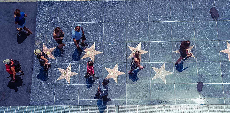 Hollywood/Los Angeles/California/USA - 07 19 2013: Mening vanaf de bovenkant bij veel mensen die op de stoepgang lopen van Bekend stock fotografie