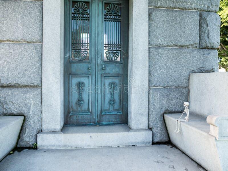 Hollywood Na zawsze cmentarz - Mały Zredukowany obsiadanie Na ławce W ogródzie legendy zdjęcie royalty free
