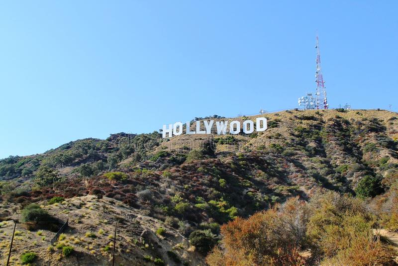 HOLLYWOOD tecken på bakgrund för blå himmel Berömd gränsmärke för värld Los Angeles Kalifornien 09-11-2012 royaltyfri foto