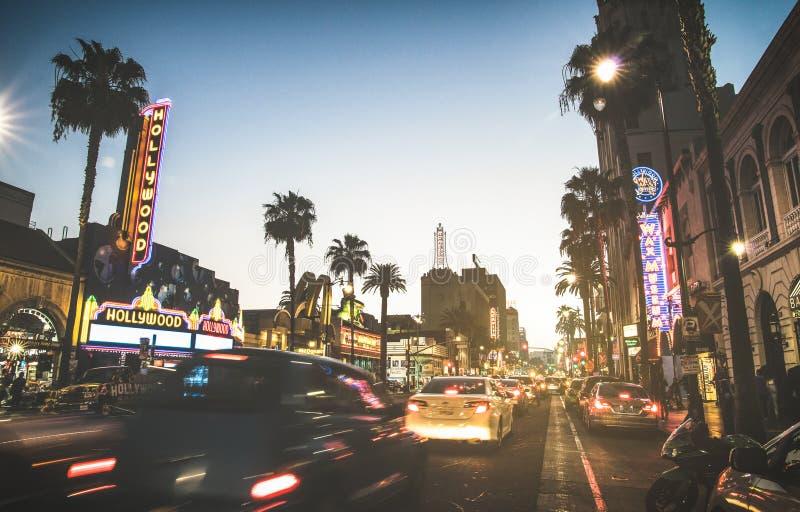 Hollywoodboulevard bij zonsondergangschemering met vage auto's lichte sporen - de Gang van Bekendheid stock fotografie