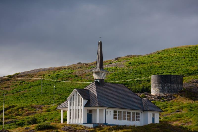Holmavikurkirkja en av de många isländskakyrkorna royaltyfri fotografi