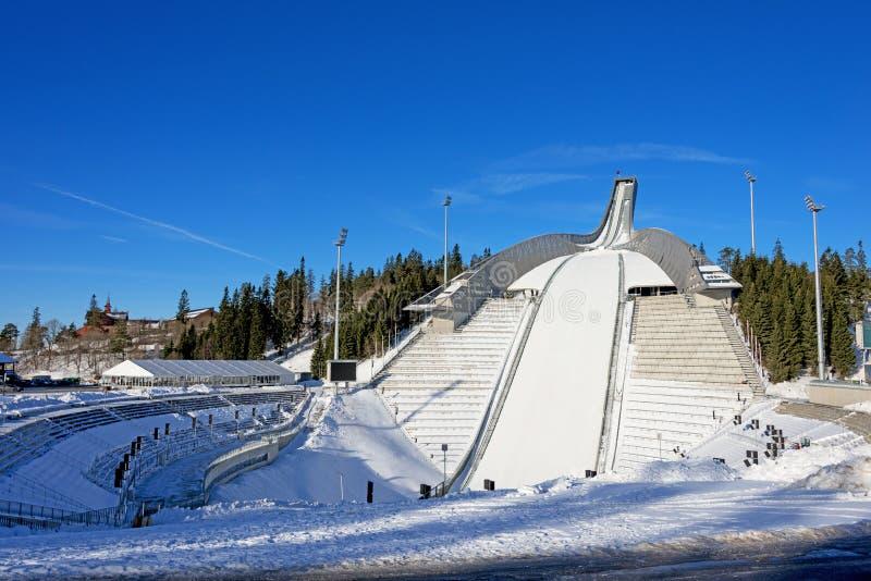 Holmenkollenskisprong in Oslo Noorwegen bij zonnige de winterdag stock afbeeldingen