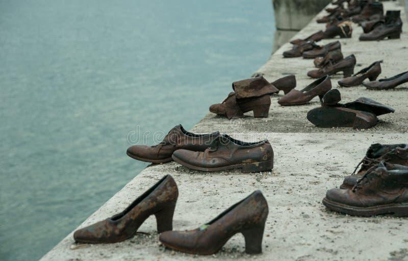 Holocaust in Europa Schoenen op de Dijk van Donau in Boedapest stock foto