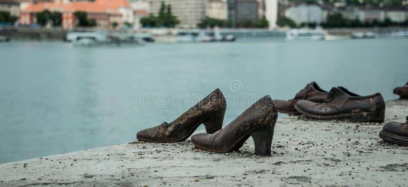 Holocaust in Europa Schoenen op de Dijk van Donau in Boedapest stock foto's