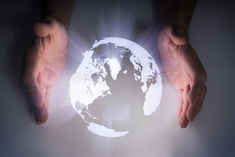Holografisk projektion av jorden nära händer fotografering för bildbyråer