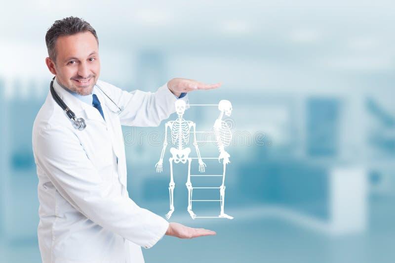 Hologram för modell för stilig ortopeddoktor hållande skelett- på H royaltyfri fotografi