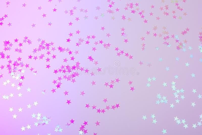 Holographic stjärnor på moderiktig rosa bakgrund fotografering för bildbyråer