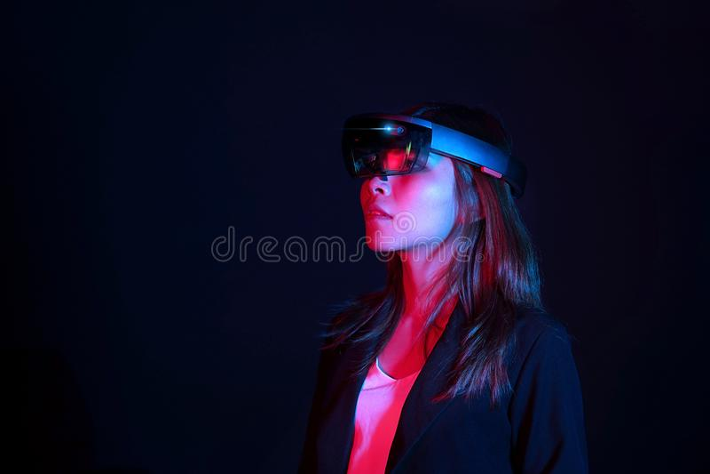 Hololens стекел vr попытки бизнес-леди в темной комнате | Портрет молодого азиатского опыта ar девушки | Будущая концепция технол стоковое фото rf