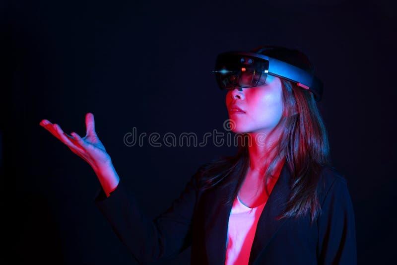 Hololens стекел vr попытки бизнес-леди в темной комнате | Портрет молодого азиатского опыта ar девушки | Будущая концепция технол стоковое изображение rf