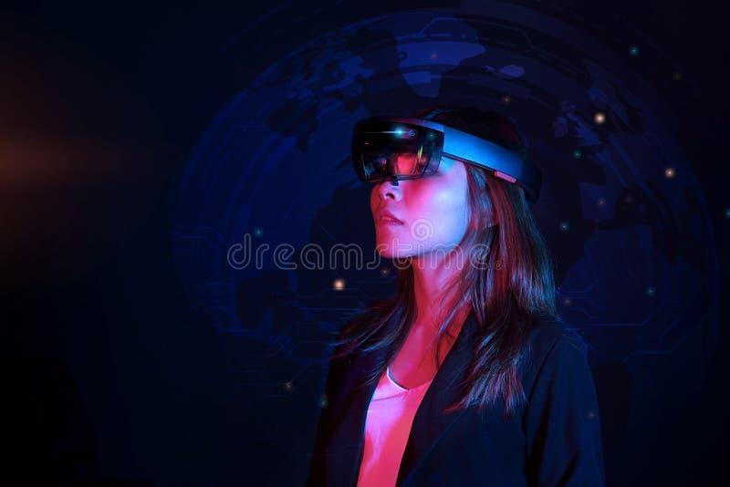 Hololens стекел vr попытки бизнес-леди в темной комнате | Портрет молодого азиатского опыта ar девушки | Будущая концепция технол стоковые изображения rf