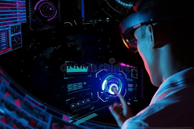 Hololens di vetro del vr di prova dell'uomo di affari nella stanza scura   Giovane esperienza asiatica AR del ragazzo con il glob fotografia stock libera da diritti