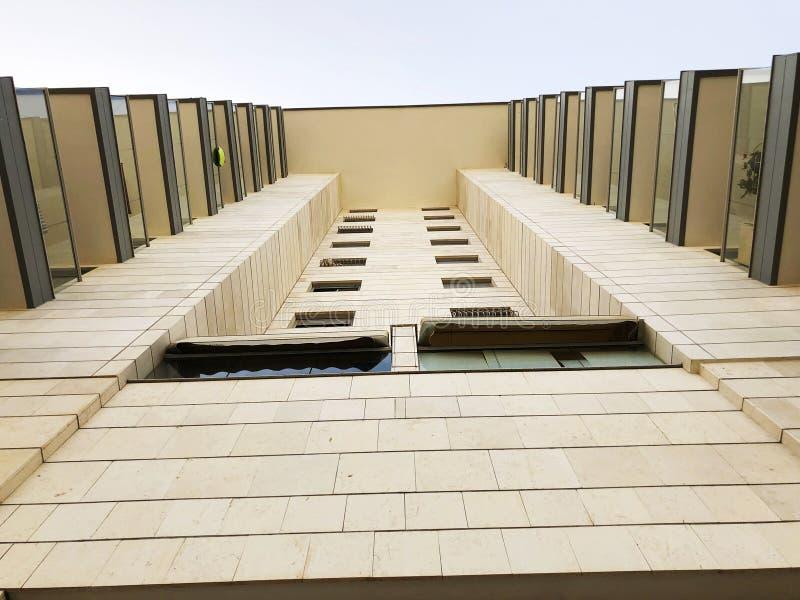 HOLON, ISRAEL 07 апреля 2019: вид на жилое здание снизу в Холоне, Израиль стоковое изображение rf