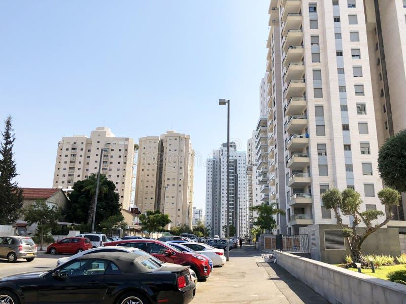 HOLON, IZRAEL WRZESIEŃ 2, 2019: Wysocy budynki mieszkalni w Holon, Izrael obraz royalty free