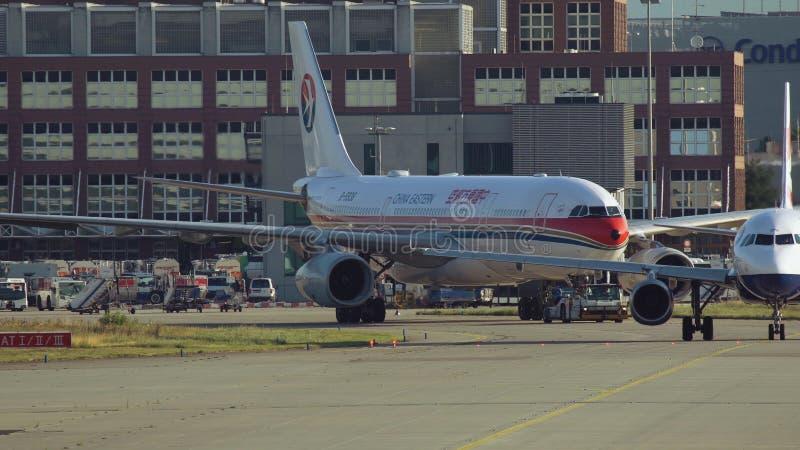 Holować Aerobus A330 Porcelanowe Wschodnie linie lotnicze zdjęcie royalty free