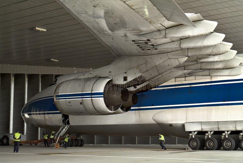 Holować samolot w hangarze dla próbnego wodowanie utrzymania samolot przy lotniskiem w Leipzig fotografia stock