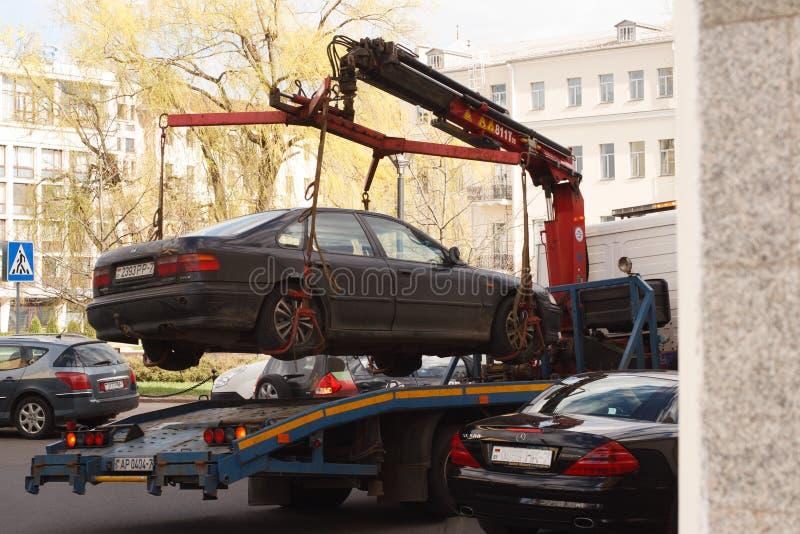 Holownicza ciężarówka usuwa nielegalnie parkującego samochód od miasto ulicy obraz stock