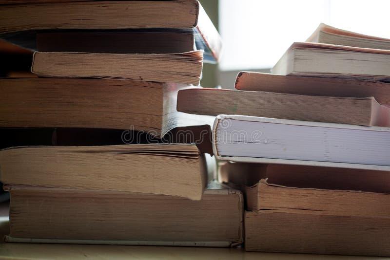 Holownicze sterty książki w miękkiej okładce i hardback książki zdjęcie stock