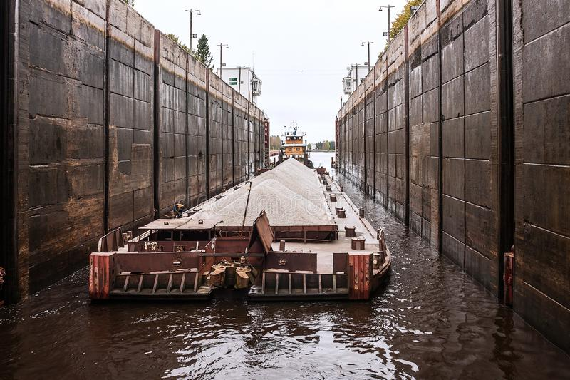 Holownika ` brama - 40 ` i barka Volga rzeka, Vologda federacja rosyjska oblast 29 2017 Sep Holownika ` brama - 40 fotografia royalty free