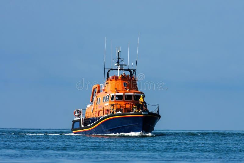 Barco salva-vidas a pouca distância do mar de Holyhead imagens de stock