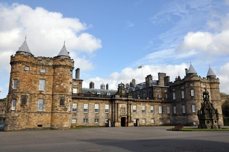Holyrood slott i Edinburg, Skottland på en solig dag royaltyfri fotografi