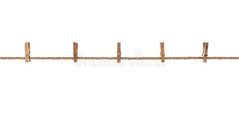 Holz, alte Kleiderhaken, die an einem Seil hängen lizenzfreie stockfotos