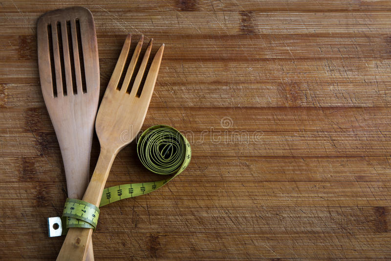 Holz bedeckt mit einem Band u. einem x28; Konzept der Diät und des gesunden food& x29; lizenzfreie stockfotos