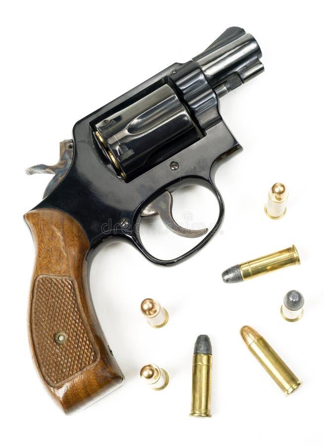 Holz behandeltes Kaliber-Pistole geladenes Legen des Revolver-38 mit Bulli stockfoto