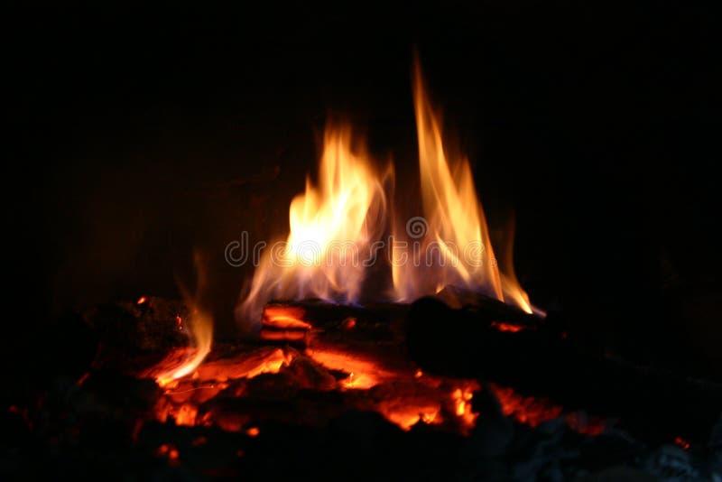Holz-brennender Ofen, der zu Ostern-Broten fertig wird stockbilder