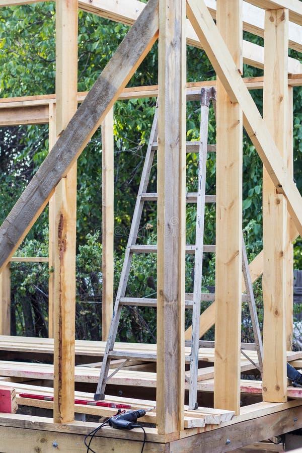 Holz, das im Bau auf einem neuen Haus gestaltet lizenzfreie stockbilder
