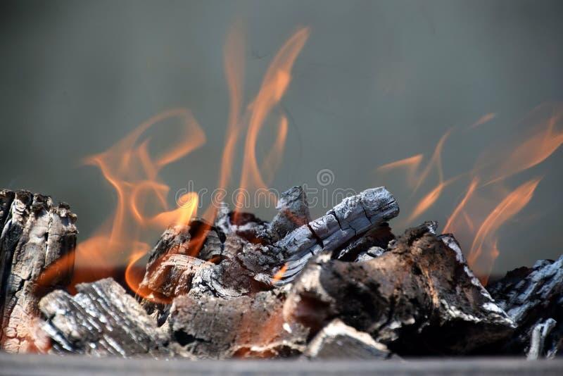 Holz, das mit orange Flammen brennt lizenzfreies stockfoto