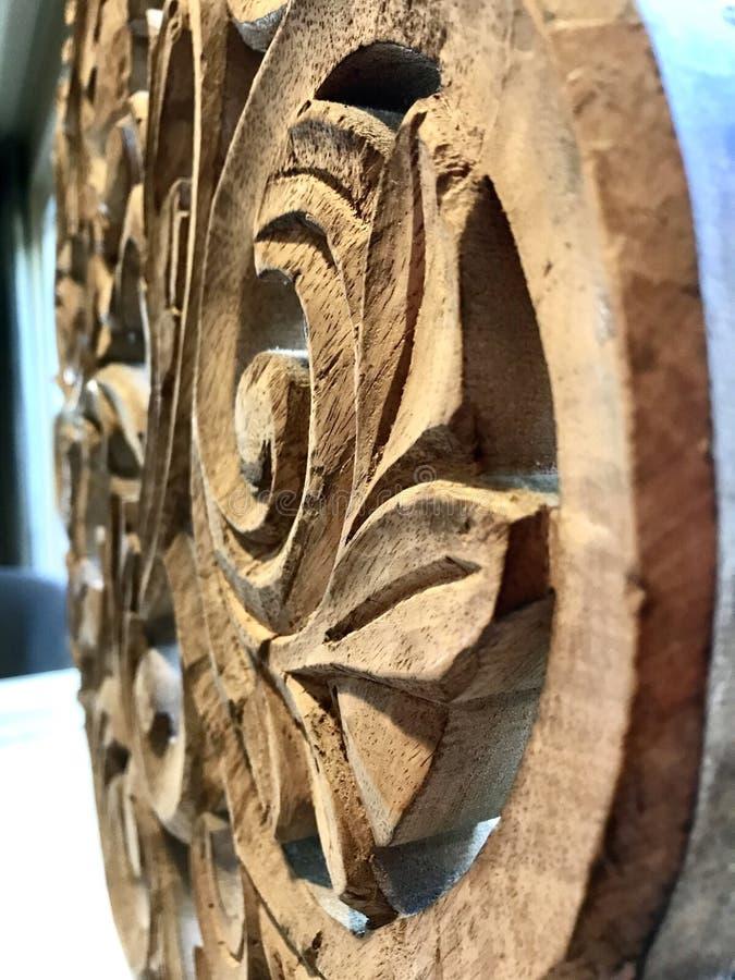 Holz, das mit Rollen-, Blatt- und Blumenmuster schnitzt stockfoto
