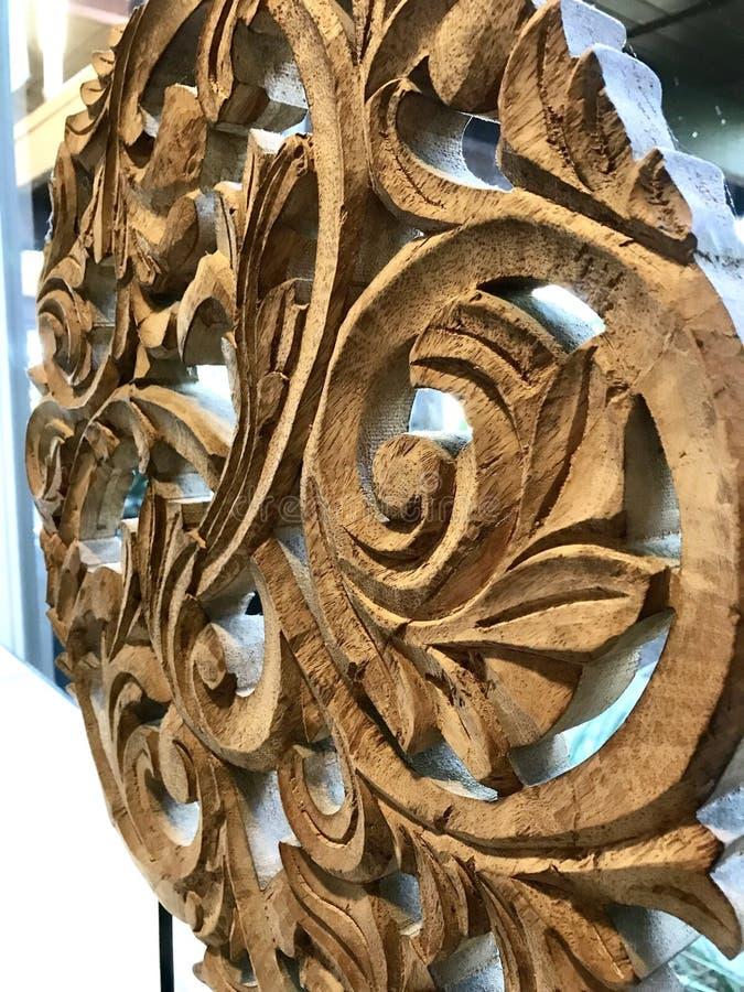 Holz, das mit Rollen-, Blatt- und Blumenmuster schnitzt stockbild