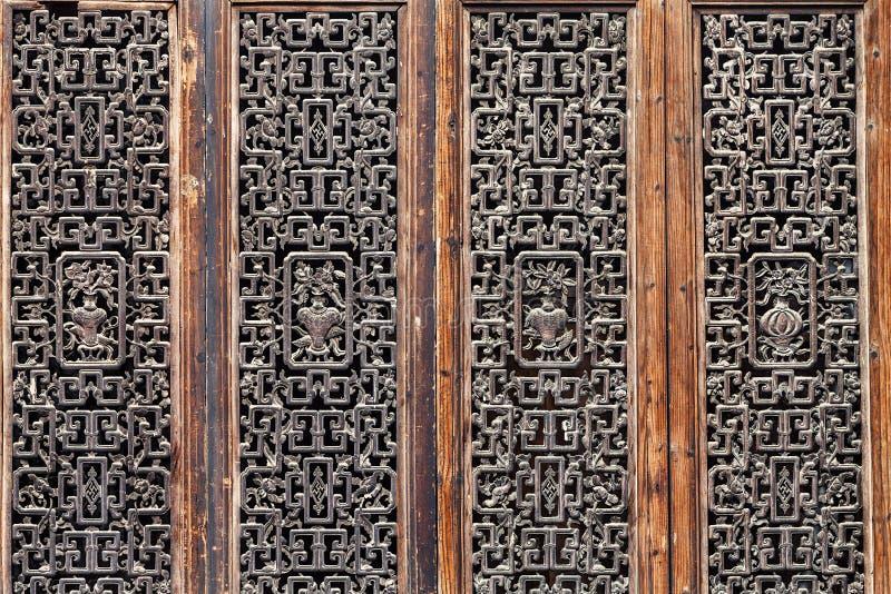 Holz, das Türen schnitzt stockfoto