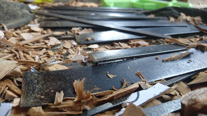 Holz, das Werkzeuge von Bali schnitzt stockbilder