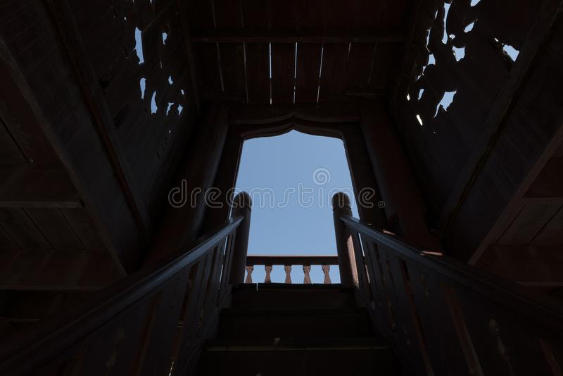 Holz-gemachte Treppe zu einem anderen Himmel, Licht am Tunnelkonzept lizenzfreies stockfoto
