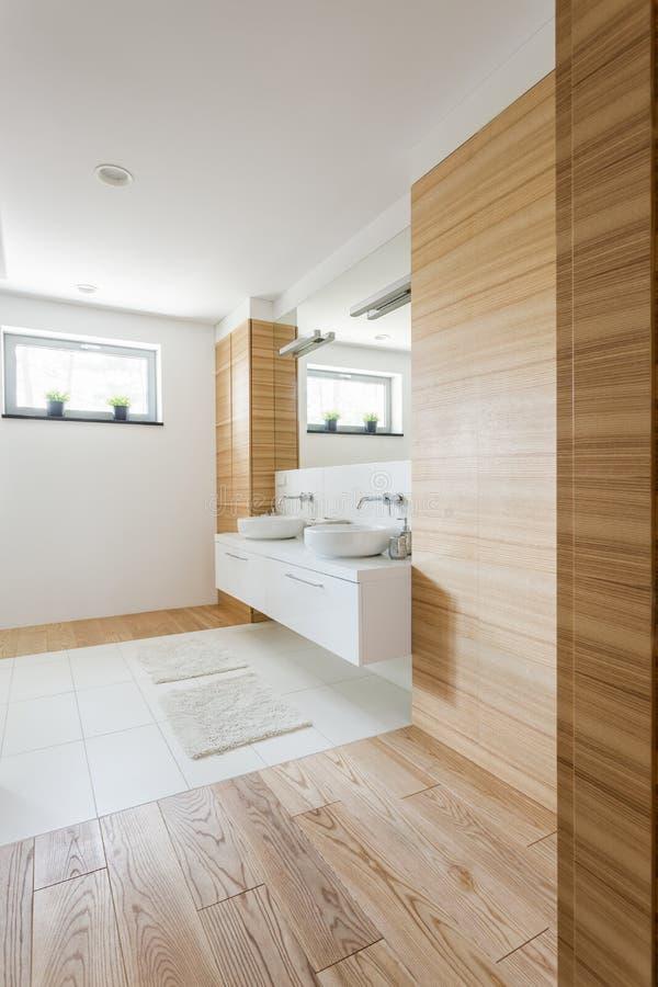 Holz im Badezimmer stockfoto