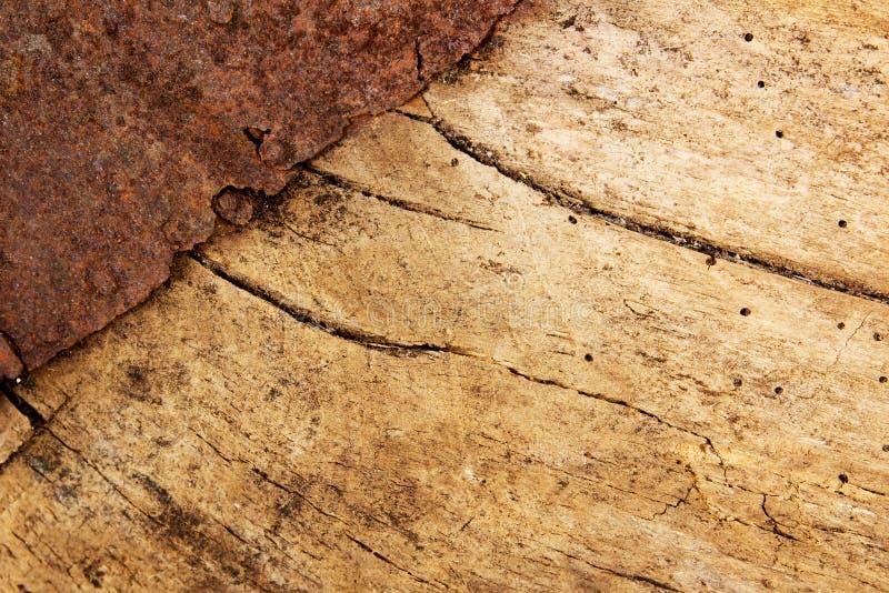 Holz mit rostigem Metall stockfotos