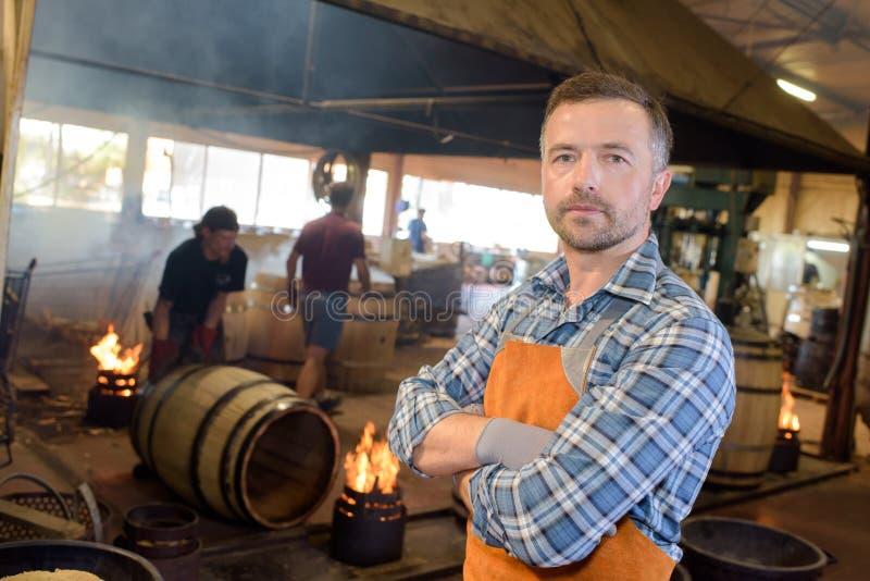 Holz rast den Produktionsfassbinder, der Hammer und Werkzeuge in der Werkstatt verwendet stockfotos
