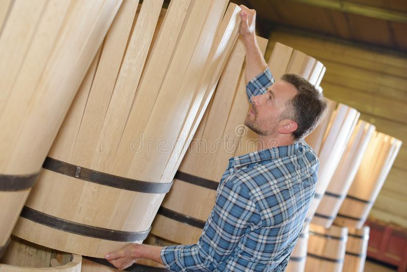 Holz rast den Produktionsfassbinder, der Hammer und Werkzeuge in der Werkstatt verwendet lizenzfreies stockbild