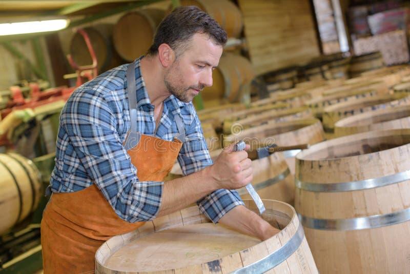 Holz rast den Produktionsfassbinder, der Hammer und Werkzeuge in der Werkstatt verwendet lizenzfreie stockfotos