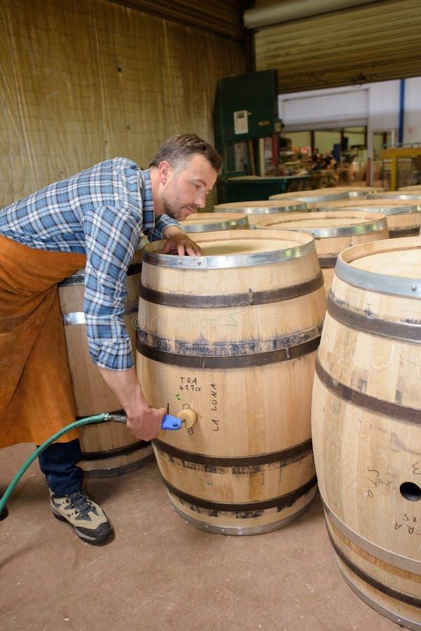Holz rast den Produktionsfassbinder, der Hammer und Werkzeuge in der Werkstatt verwendet lizenzfreie stockfotografie