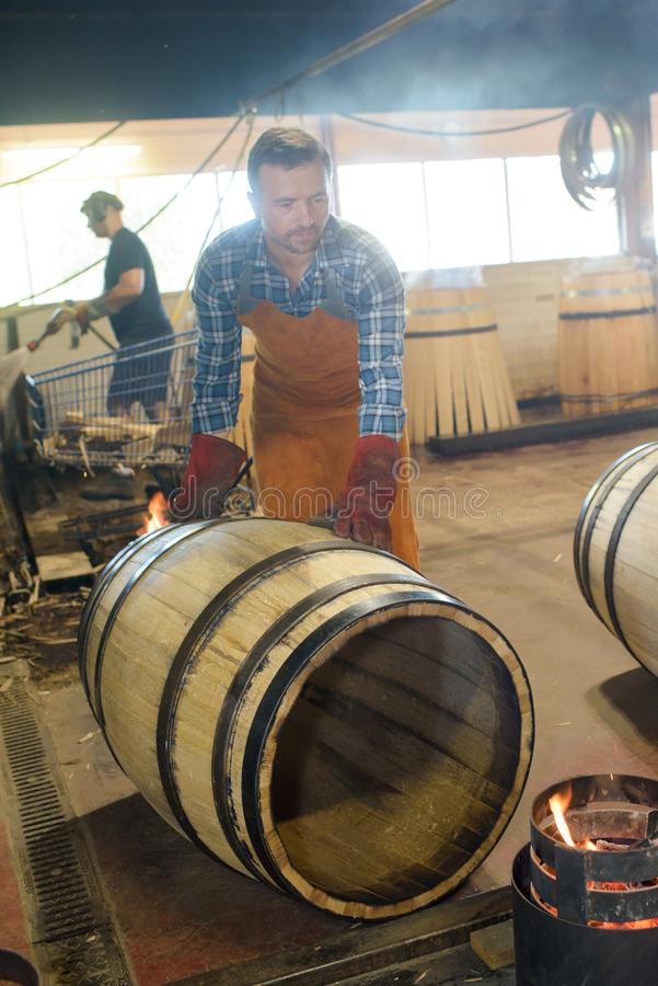 Holz rast den Produktionsfassbinder, der Hammer und Werkzeuge in der Werkstatt verwendet stockbilder