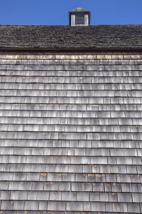 Holz schichtet die Abdeckung der alten Scheune mit Kuppel lizenzfreie stockbilder